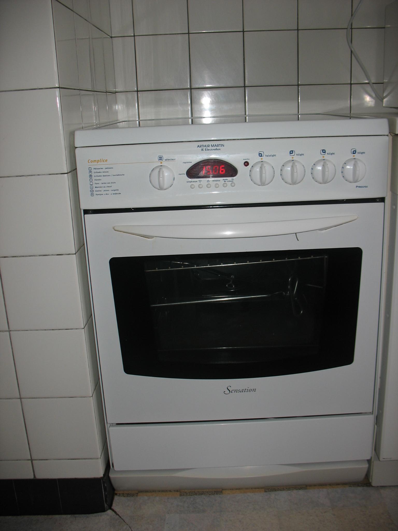 ventes aux ench res en suisse cuisini re vitroc rame. Black Bedroom Furniture Sets. Home Design Ideas