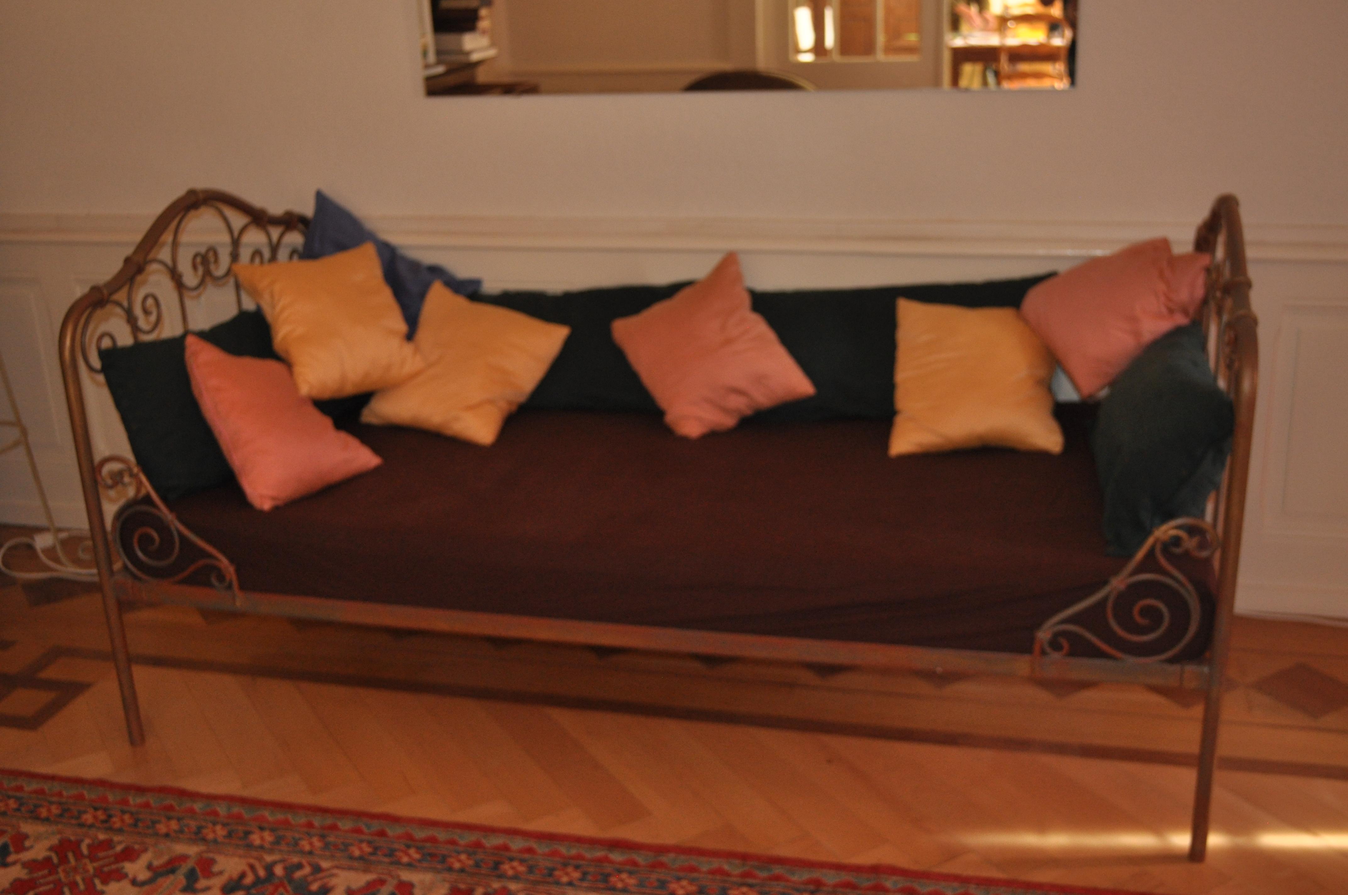 lit banc en fer forg sur. Black Bedroom Furniture Sets. Home Design Ideas