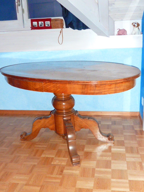 Une table ancienne ovale avec pied central sur for Table ovale ancienne